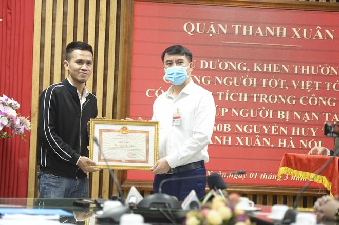 Chủ tịch UBND quận Thanh Xuân: Hành động cứu cháu bé rơi từ tầng 12A của anh Mạnh là phi thường - Ảnh 2.