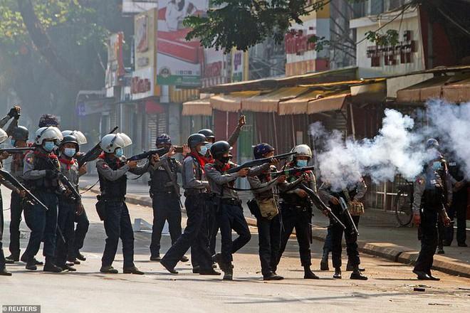Reuters: 48 người thương vong khi cảnh sát Myanmar đụng độ người biểu tình - Ảnh 1.