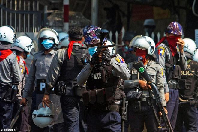 Reuters: 48 người thương vong khi cảnh sát Myanmar đụng độ người biểu tình - Ảnh 2.