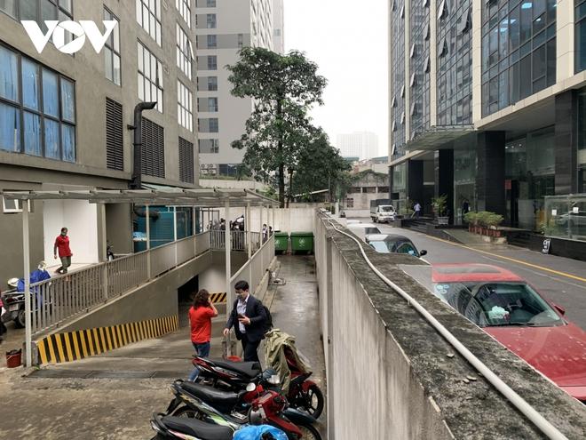 Hiện trường khu vực bé gái 3 tuổi rơi từ tầng 12A chung cư ở Hà Nội - Ảnh 11.