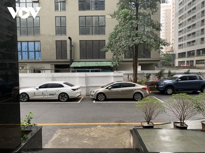 Hiện trường khu vực bé gái 3 tuổi rơi từ tầng 12A chung cư ở Hà Nội - Ảnh 12.