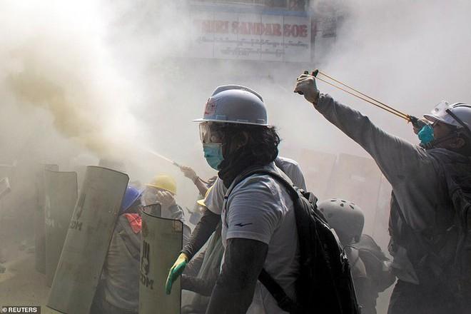 Reuters: 48 người thương vong khi cảnh sát Myanmar đụng độ người biểu tình - Ảnh 3.