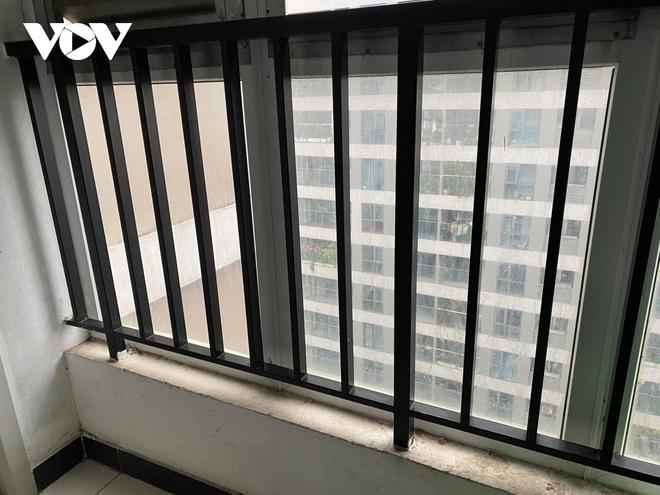 Hiện trường khu vực bé gái 3 tuổi rơi từ tầng 12A chung cư ở Hà Nội - Ảnh 4.