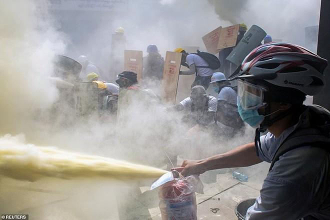 Reuters: 48 người thương vong khi cảnh sát Myanmar đụng độ người biểu tình - Ảnh 4.