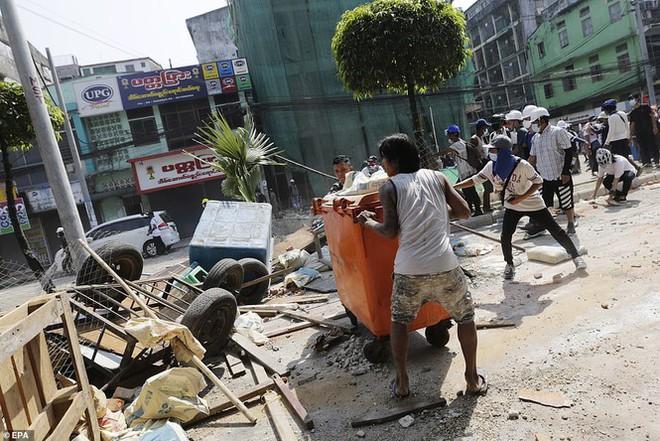 Reuters: 48 người thương vong khi cảnh sát Myanmar đụng độ người biểu tình - Ảnh 6.