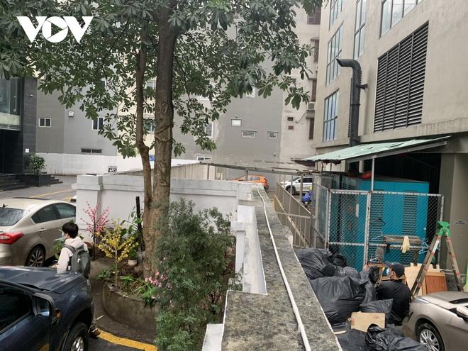 Hiện trường khu vực bé gái 3 tuổi rơi từ tầng 12A chung cư ở Hà Nội - Ảnh 9.