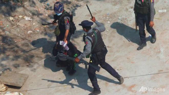 Cảnh sát Myanmar bỏ xứ ra đi: Nhận lệnh bắn đến khi người biểu tình chết hẳn, tôi không làm nổi - Ảnh 2.