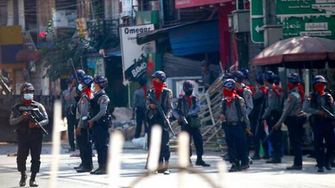 Cảnh sát Myanmar bỏ xứ ra đi: Nhận lệnh bắn đến khi người biểu tình chết hẳn, tôi không làm nổi - Ảnh 4.