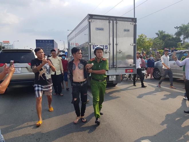 CLIP: Nam thanh niên nghi ngáo đá, chạy ô tô lạng lách, thách thức CSGT - Ảnh 4.