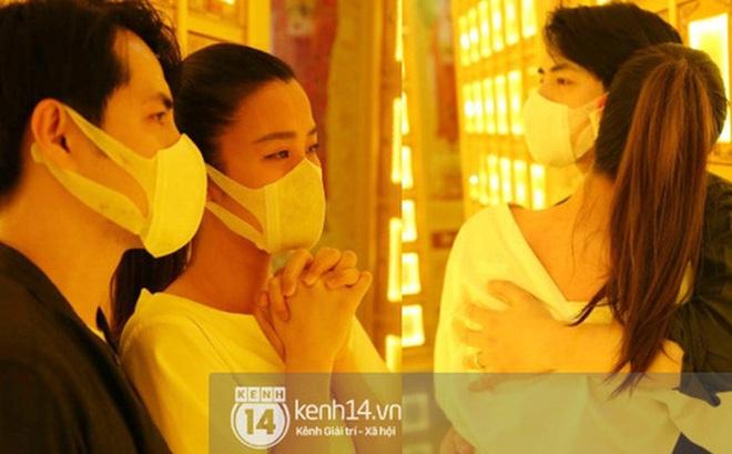 """Xót xa hình ảnh Đông Nhi khóc nghẹn, Ông Cao Thắng ôm chặt vợ vỗ về khi nhìn thấy di ảnh của """"phù thuỷ"""" trang điểm Minh Lộc"""