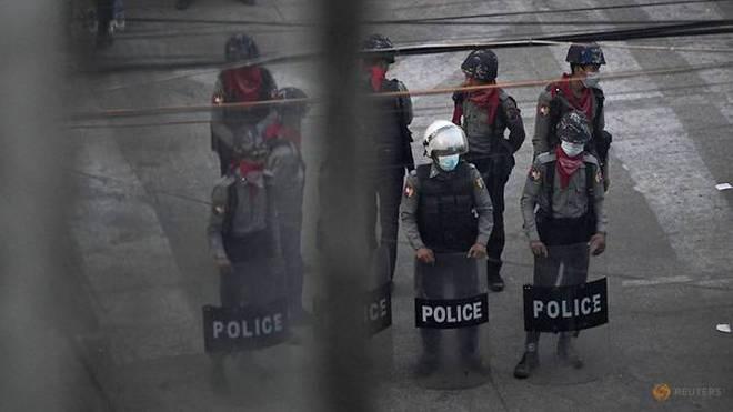 Cảnh sát Myanmar bỏ xứ ra đi: Nhận lệnh bắn đến khi người biểu tình chết hẳn, tôi không làm nổi - Ảnh 7.