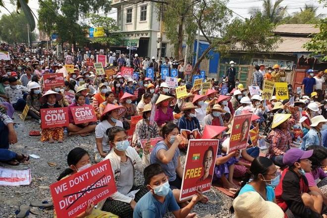 Mỹ áp lệnh trừng phạt con của lãnh đạo quân đội Myanmar - Ảnh 2.