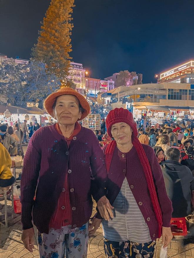 2 cụ bà U80 dắt tay nhau vi vu khắp Đà Lạt: Là bạn thân từ bé, kết thông gia đã gần 30 năm - Ảnh 2.