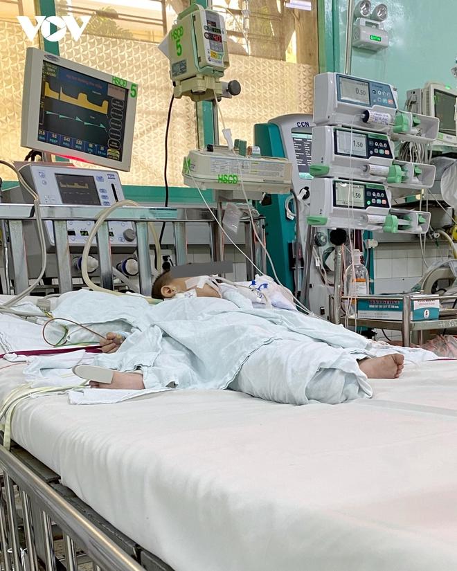 Uống nhầm dầu thắp đèn, bé 13 tháng tuổi nhiễm trùng phổi - Ảnh 1.