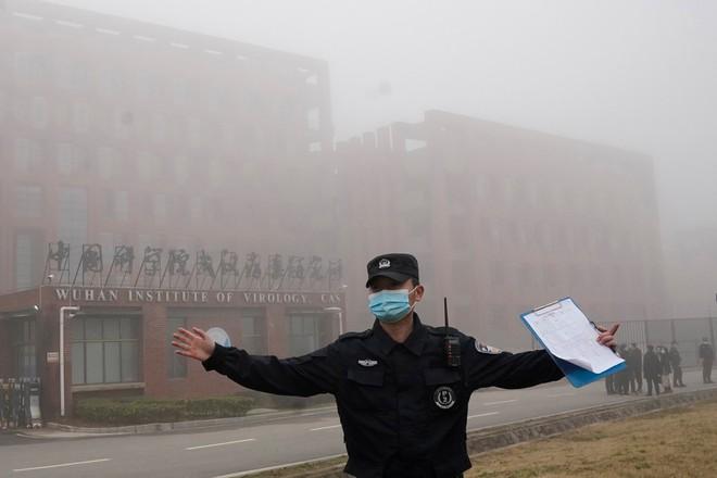 Cựu điều tra viên quăng bom tấn sát hội đàm Mỹ-Trung: Quân đội Trung Quốc đứng sau vụ rò rỉ SARS-Cov-2 - Ảnh 1.
