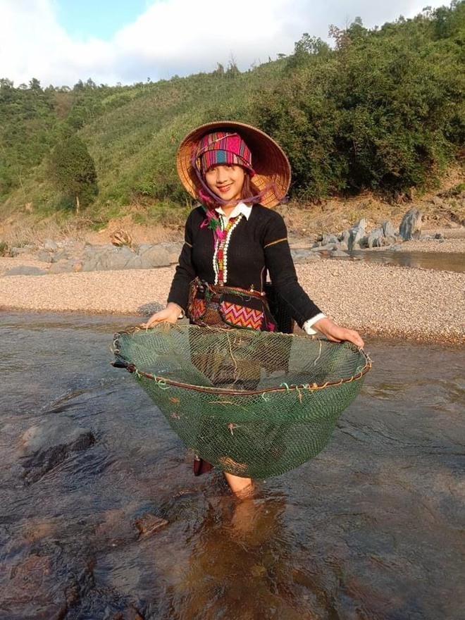 Nữ sinh Bru - Vân Kiều gây chú ý bởi nét đẹp tươi tắn, dịu dàng trong bộ trang phục truyền thông của dân tộc - Ảnh 3.