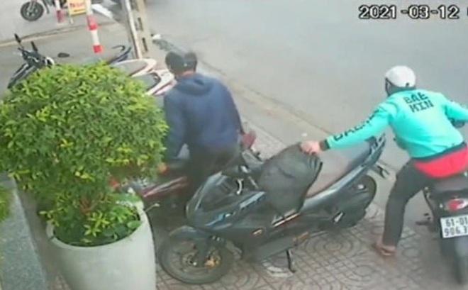 Nóng: Truy tìm kẻ mặc áo shipper táo tợn giật ba lô của nam thanh niên