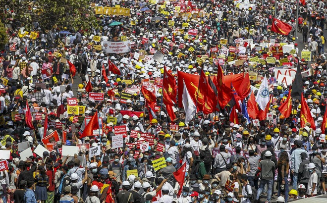 Loạt công ty Trung Quốc ở Yangon bị đốt phá ác liệt, nhiều người bị thương, bị nhốt