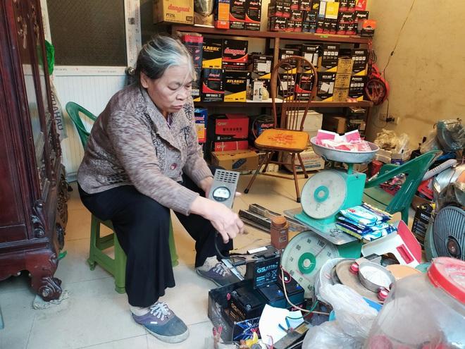 Chuyện về bà lão kỳ dị ở Hà Nội, hơn 50 năm tay cầm cờ lê, nằm gầm ô tô - Ảnh 1.
