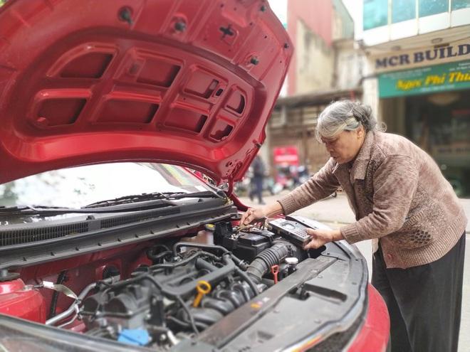 Chuyện về bà lão kỳ dị ở Hà Nội, hơn 50 năm tay cầm cờ lê, nằm gầm ô tô - Ảnh 2.
