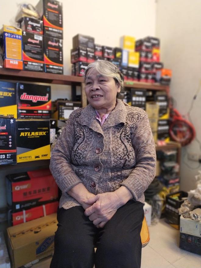 Chuyện về bà lão kỳ dị ở Hà Nội, hơn 50 năm tay cầm cờ lê, nằm gầm ô tô - Ảnh 4.