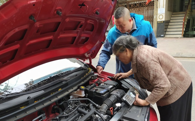 Chuyện về bà lão kỳ dị ở Hà Nội, hơn 50 năm tay cầm cờ lê, nằm gầm ô tô