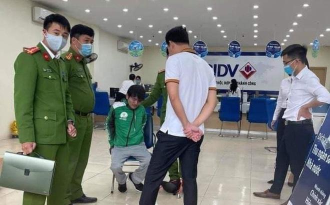 Nóng: Bắt tại trận người đàn ông mang theo vật nghi súng, mìn cướp ngân hàng ở Hà Nội