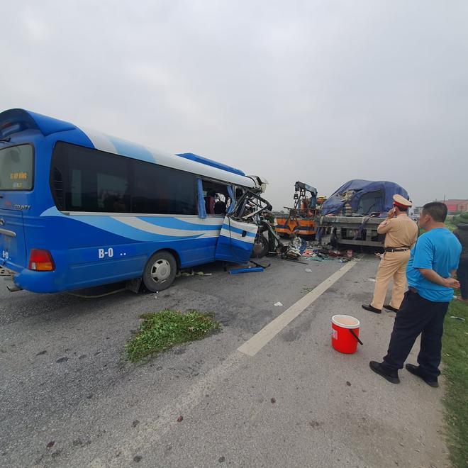 NÓNG: Xe khách tông đuôi xe đầu kéo trên quốc lộ, 1 người thiệt mạng, 21 người bị thương - Ảnh 6.