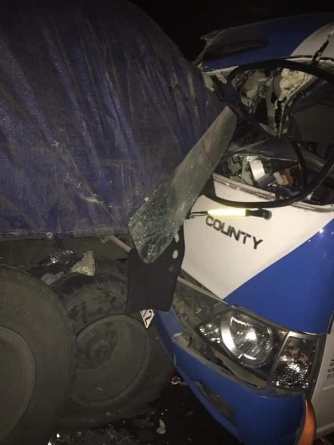 NÓNG: Xe khách tông đuôi xe đầu kéo trên quốc lộ, 1 người thiệt mạng, 21 người bị thương - Ảnh 3.