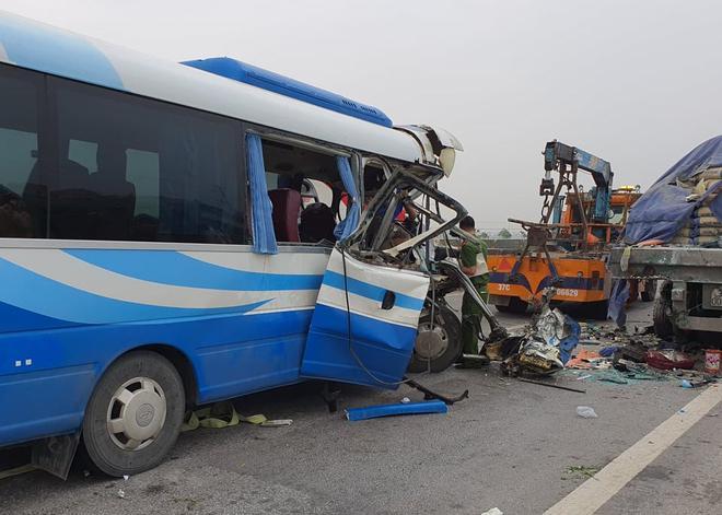 Vụ tai nạn xe khách đi lễ đền khiến 2 người tử vong: Tạm giữ hình sự tài xế, lộ nguyên nhân ban đầu - Ảnh 1.