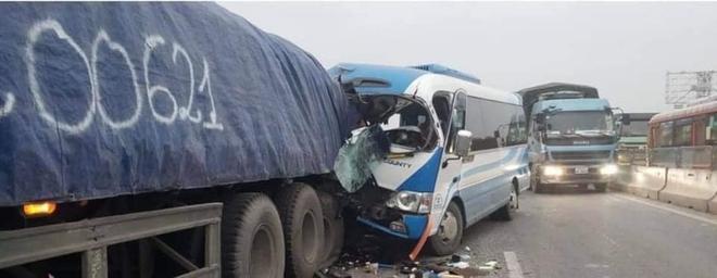 NÓNG: Xe khách tông đuôi xe đầu kéo trên quốc lộ, 1 người thiệt mạng, 21 người bị thương - Ảnh 2.