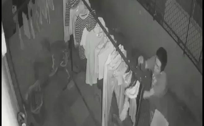 """Clip: Mất đồ lót, chủ nhà kiểm tra camera an ninh thì """"giận tím người"""" khi thấy chân dung kẻ gian"""