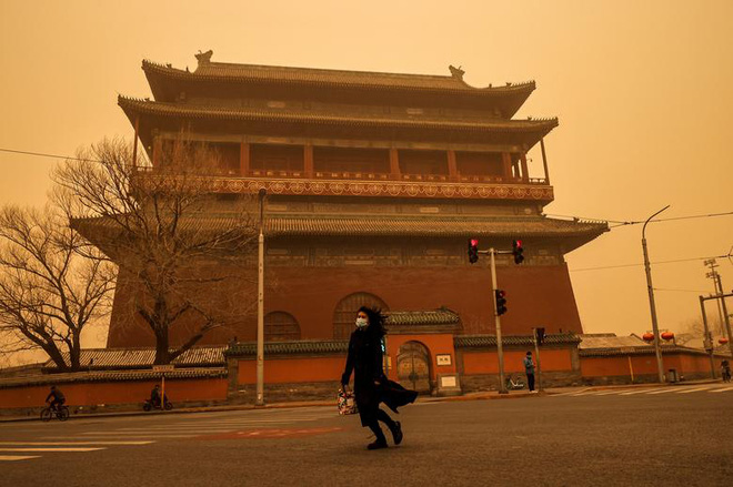 24h qua ảnh: Bầu trời chuyển màu lạ do bão cát ở Trung Quốc - Ảnh 7.
