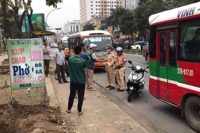 Người dân sợ hãi chứng kiến 2 xe buýt rượt đuổi, chèn ép nhau trên phố - Ảnh 3.