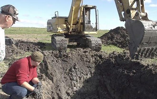 Đào đất để đặt đường ống dẫn khí, lão nông tìm thấy khúc xương kì lạ, càng đào lại càng bất ngờ 001