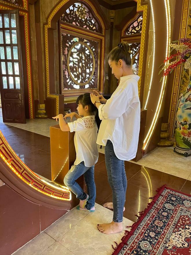 Xúc động hình ảnh con gái 8 tuổi đến chùa thắp hương cho mẹ Mai Phương - Ảnh 3.