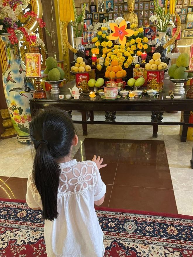 Xúc động hình ảnh con gái 8 tuổi đến chùa thắp hương cho mẹ Mai Phương - Ảnh 5.