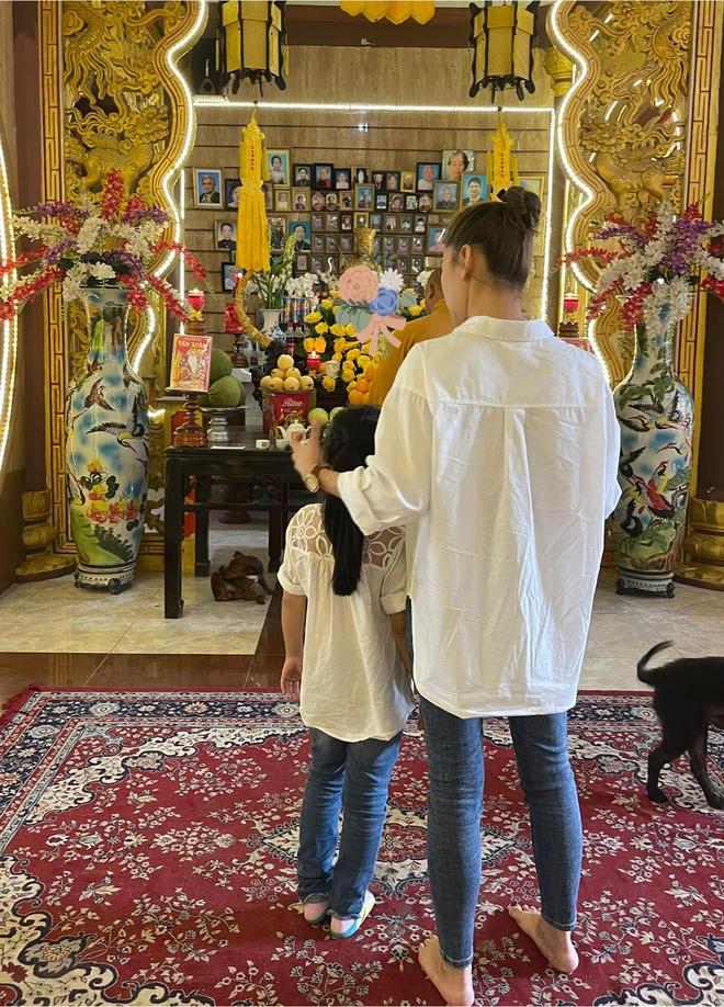 Xúc động hình ảnh con gái 8 tuổi đến chùa thắp hương cho mẹ Mai Phương - Ảnh 4.