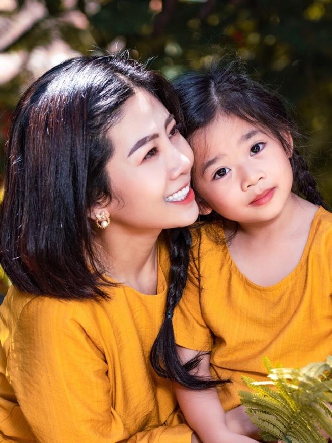 Xúc động hình ảnh con gái 8 tuổi đến chùa thắp hương cho mẹ Mai Phương - Ảnh 1.
