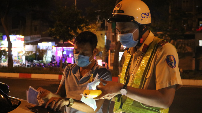 Lái ô tô đi nhậu, năn nỉ suốt 30 phút để được bỏ qua, nữ tài xế bị CSGT ở Sài Gòn phạt 35 triệu đồng - Ảnh 1.