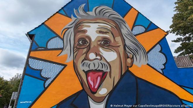 Sự thực khó chịu đằng sau bức ảnh thè lưỡi gây hài của Einstein: Thế là đủ rồi đấy! - Ảnh 1.