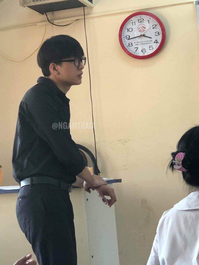 """Nam sinh 10X """"nổi như cồn"""" với bức ảnh chụp lén khi làm trợ giảng tiếng Anh tại trường THPT - Ảnh 1."""
