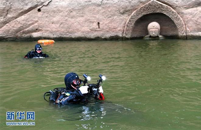 Hạn hán nghiêm trọng khiến hồ chứa cạn nước, lộ ra đầu tượng Phật khổng lồ: Bí mật vẫn còn nằm bên dưới - Ảnh 3.