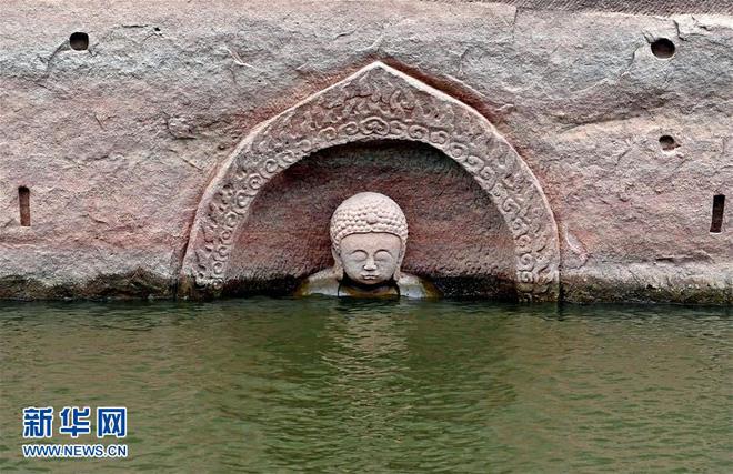 Hạn hán nghiêm trọng khiến hồ chứa cạn nước, lộ ra đầu tượng Phật khổng lồ: Bí mật vẫn còn nằm bên dưới - Ảnh 1.