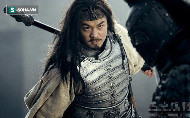 Quan Vũ thua trận phải tháo chạy về Mạch Thành, đi qua đất phong của Mã Siêu, tại sao Mã Siêu lại không ra tay cứu giúp?