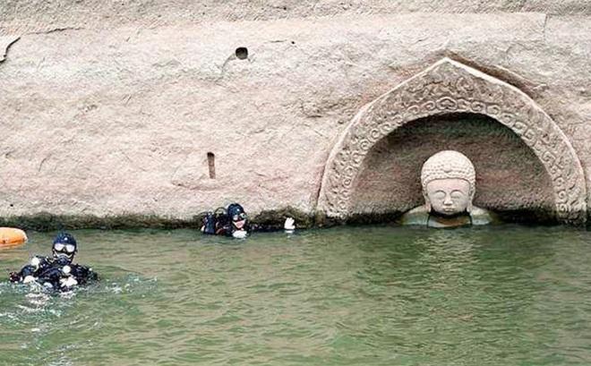 Hạn hán nghiêm trọng khiến hồ chứa cạn nước, lộ ra đầu tượng Phật khổng lồ: Bí mật vẫn còn nằm bên dưới
