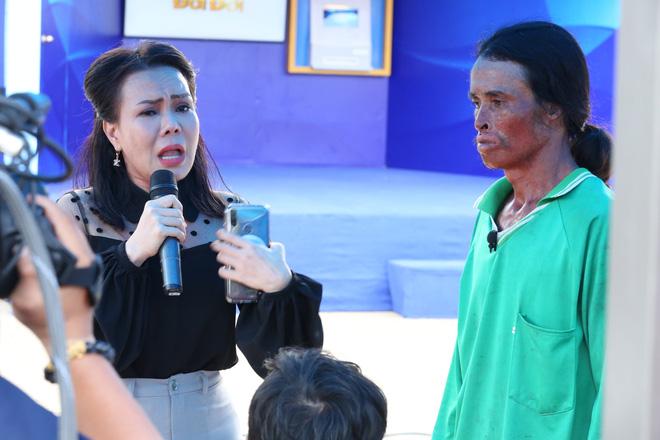 Người đàn ông bị biến dạng xin lỗi mẹ khiến Việt Hương bật khóc: Tôi có lỗi với mẹ! - Ảnh 5.