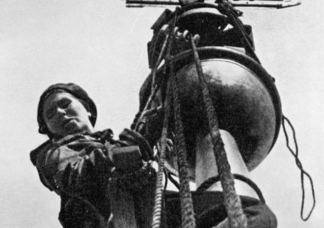 Giữa mưa bom, Liên Xô phô diễn kĩ năng ngụy trang đỉnh cao cho những người hùng chọc trời ở Leningrad - Ảnh 2.