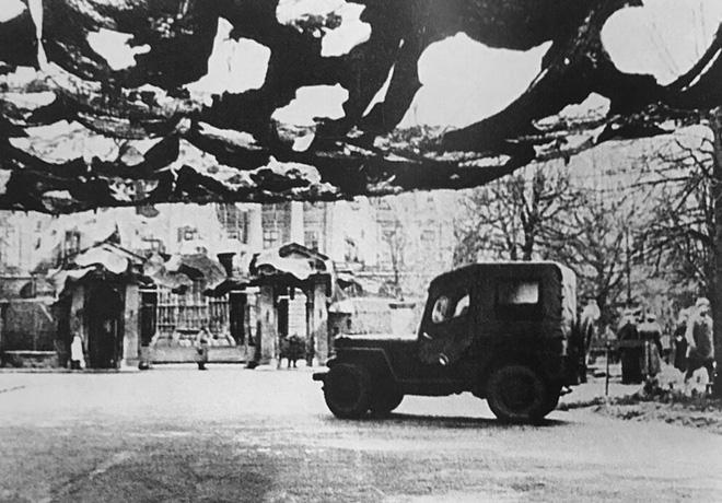 Giữa mưa bom, Liên Xô phô diễn kĩ năng ngụy trang đỉnh cao cho những người hùng chọc trời ở Leningrad - Ảnh 4.