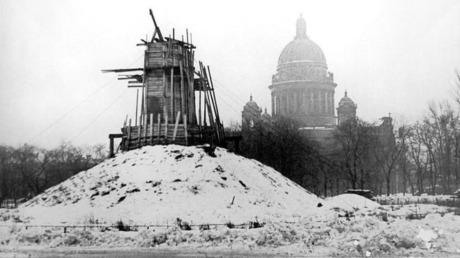 Giữa mưa bom, Liên Xô phô diễn kĩ năng ngụy trang đỉnh cao cho những người hùng chọc trời ở Leningrad - Ảnh 7.